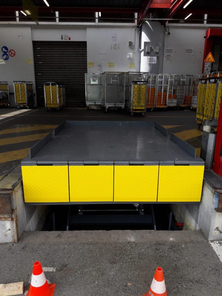 Table élévatrice de quai avec bavette manuelle et ridelles automatiques - www.fimpro.fr
